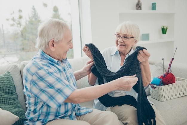 Прекрасная пожилая пара вместе позирует в помещении