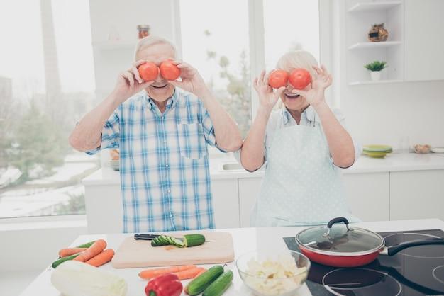 屋内で一緒にポーズをとる素敵な年配のカップル