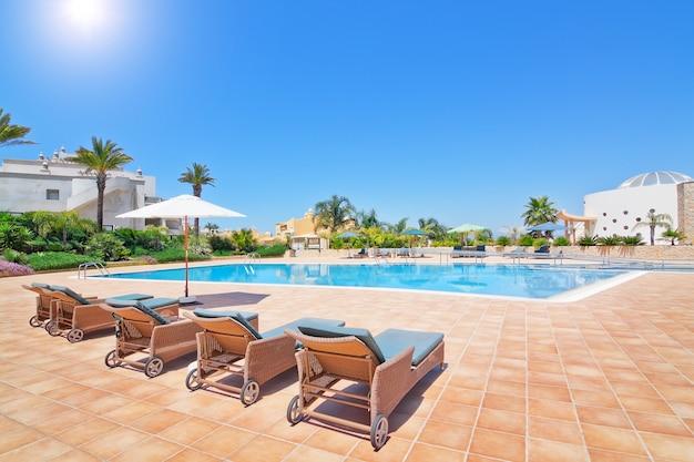 Прекрасный бассейн летом для семейного отдыха. португалия алгарве, квинта боа нова.