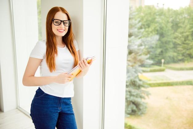 Прекрасная рыжая женщина, работающая дома