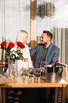 レストランに座っている素敵なロマンチックなカップル