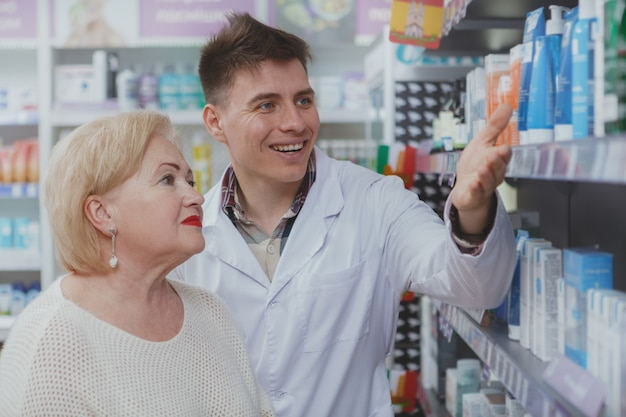 Симпатичная женщина старших покупок в аптеке