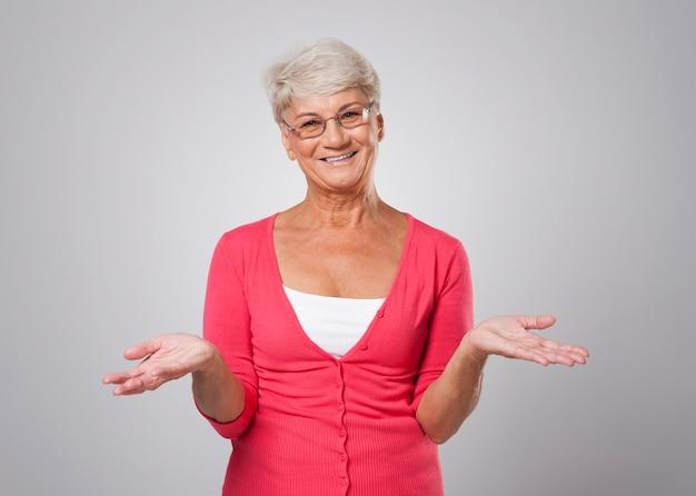 Bella donna senior con le mani aperte