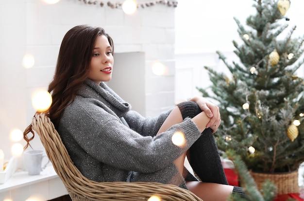 크리스마스에 집에서 사랑스러운 여자
