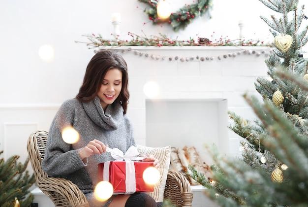 Милая женщина дома на рождество