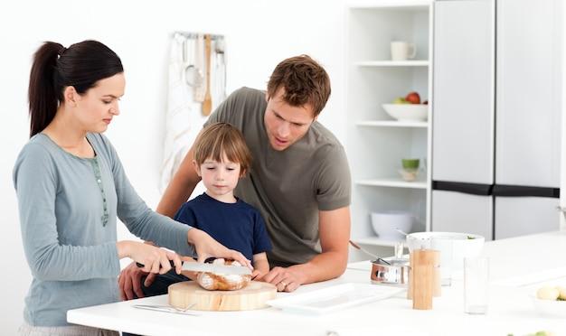 彼女の息子の広告夫のための素敵な女性の切削パン