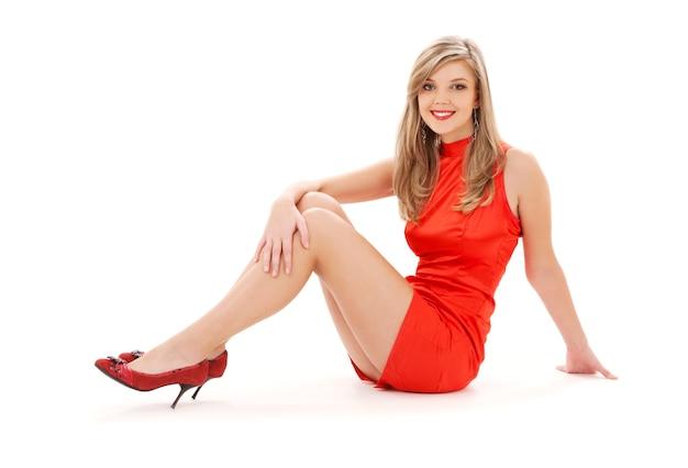 Милая женщина в красном платье над белой