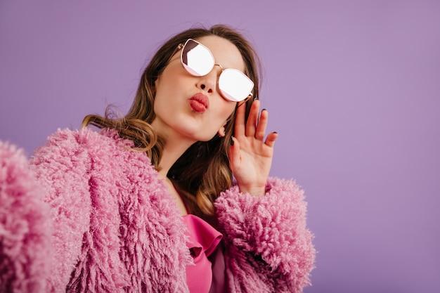 ピンクのジャケットでポーズをとる素敵な女性