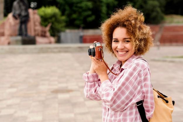 Bella donna che cattura una foto con lo spazio della copia