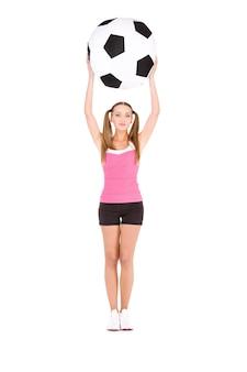 흰색 위에 큰 축구 공을 가진 사랑스러운 여자