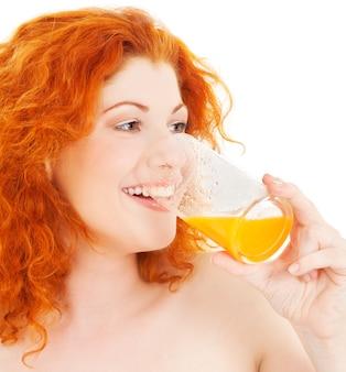 ジュースのガラスを持つ素敵な女性