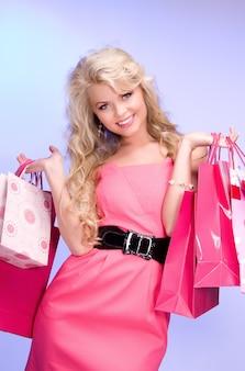 블루에 쇼핑백과 사랑스러운 여자