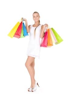 흰 벽에 쇼핑백과 사랑스러운 여자