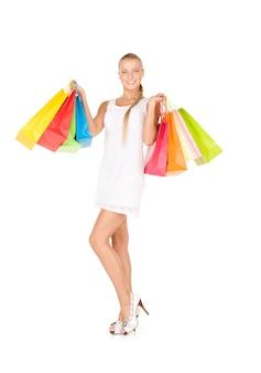 흰색 위에 쇼핑백과 사랑스러운 여자
