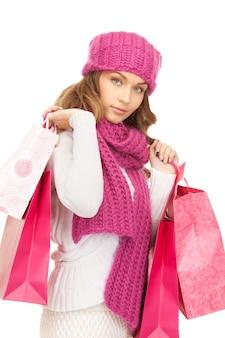 白の上の買い物袋を持つ素敵な女性
