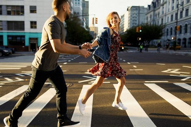 캐주얼 스타일을 입고 사랑스러운 젊은 부부는 아침 빛에 소호와 뉴욕시 산책