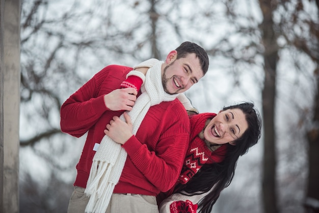 Прекрасная молодая пара в зимнем лесу