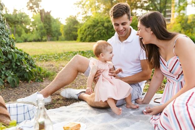 어린 소녀가 함께 시간을 보내는 사랑스러운 젊은 가족