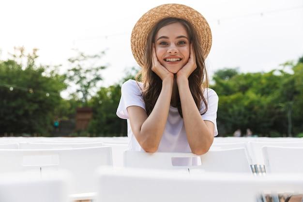 여름에 야외 도시 공원에 앉아 사랑스러운 어린 소녀