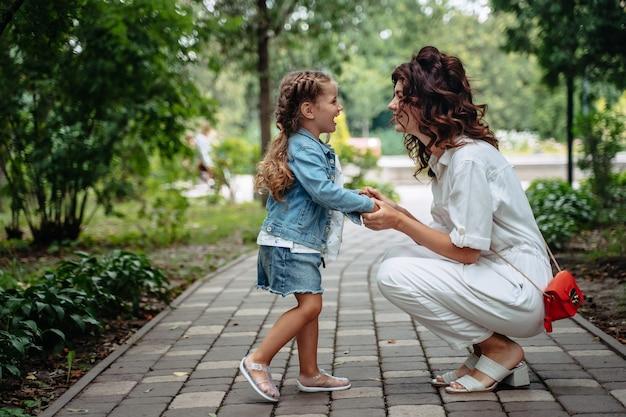 공원에서 화창한 날에 사랑스러운 젊은 엄마와 딸, 행복한 가족
