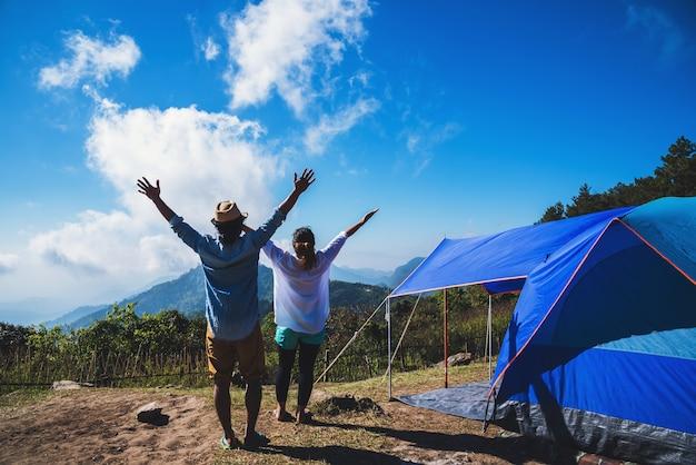 Любящие женщины и мужчины азиаты путешествуют отдыхать в поход в отпуск. на moutain.thailand