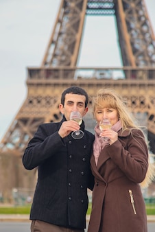 愛好家はパリのエッフェル塔の近くでワインを飲みます。セレクティブフォーカス。