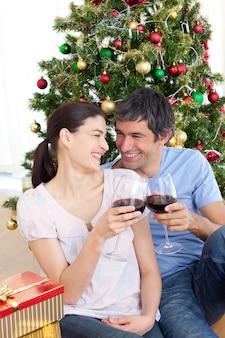 크리스마스 시간에 호마에서 와인을 마시는 연인
