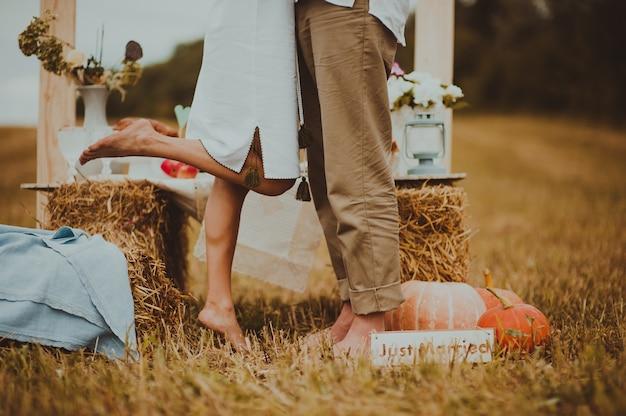 乾草の畑の恋人の足