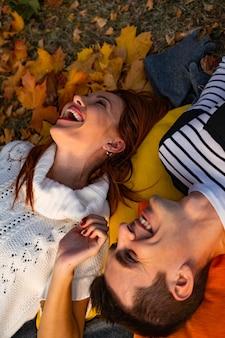 Любители мужчина и женщина в парке осенью