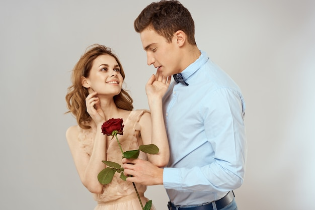 恋人の男性と女性の抱擁と明るい背景