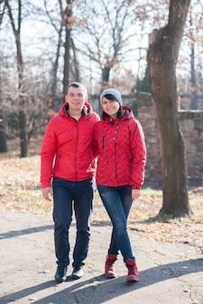 Влюбленные, гуляющие в парке