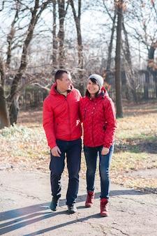 Влюбленные гуляют по парку