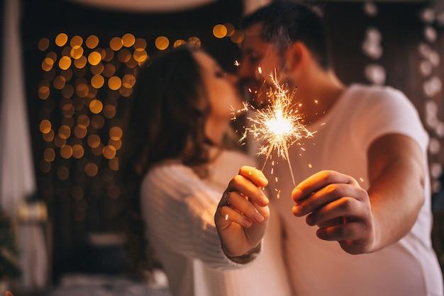 線香花火を持つ愛好家。新年