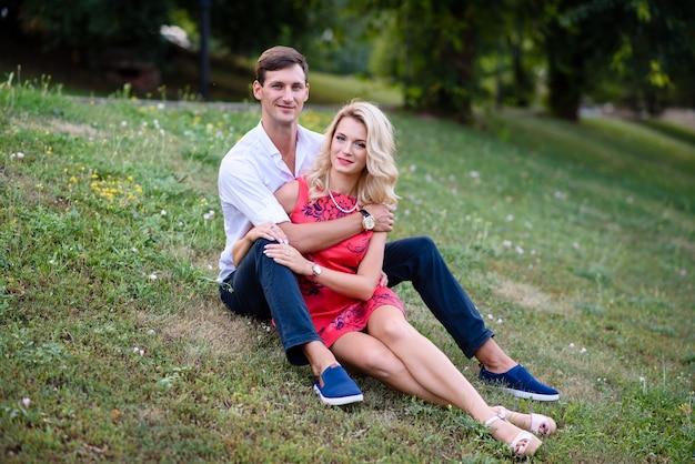 Любящая красивая пара обниматься на открытом воздухе