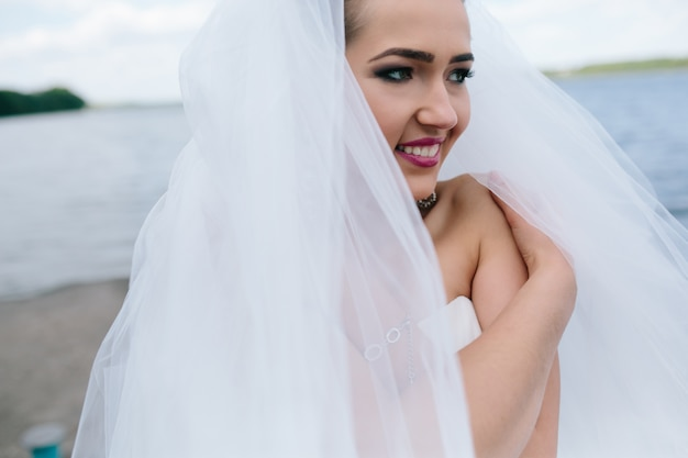 彼女の肩に触れる愛情に満ちた花嫁