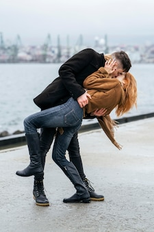 Coppia di innamorati in riva al lago durante l'inverno