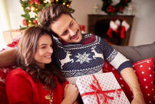 크리스마스 시간에 사랑하는 커플