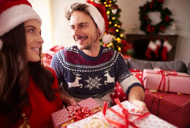 Влюбленная пара во время рождества