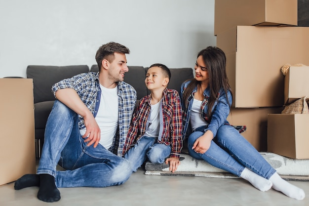 愛するカップルは息子と一緒に新しいアパートを楽しんでいます