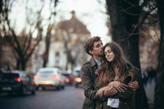 Влюбленная пара парень и девушка на свидании
