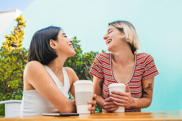コーヒーショップでデートをしている愛情のあるカップル