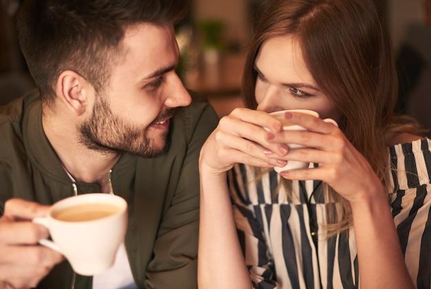 뜨거운 음료를 마시는 사랑하는 부부