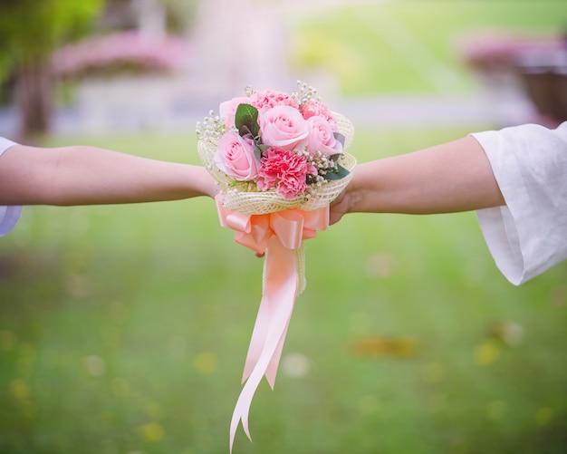 Влюбленная пара держит букет цветов