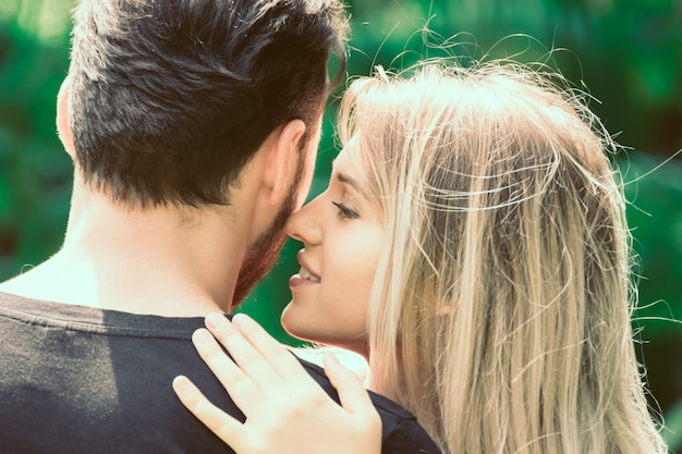 愛するカップルが一緒に抱擁