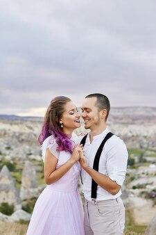 자연 속에서 아침에 포옹하는 사랑하는 부부. 남녀의 관계와 사랑. 아름다운 자연과 풍경, 접하는 부드러움