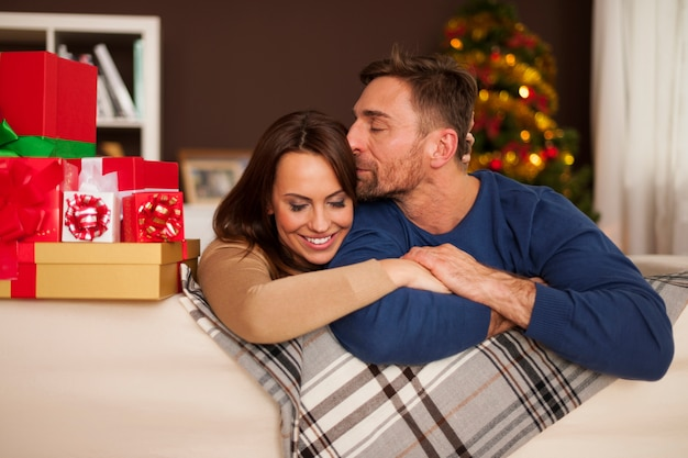 크리스마스 시간에 사랑하는 부부