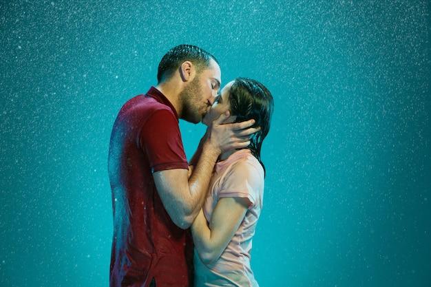 Влюбленная пара в дождь