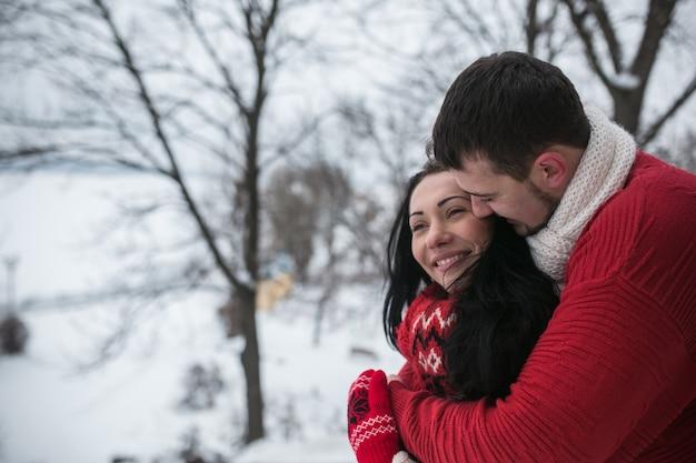 Любящая пара в теплой одежде вне