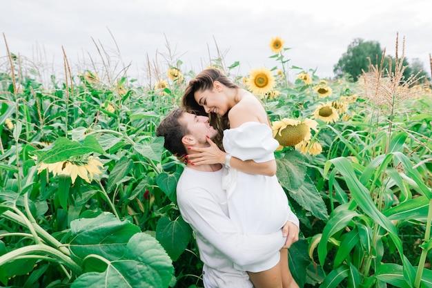 キスする白いドレスを着た愛情のあるカップル