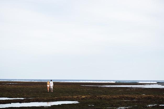 사랑하는 부부는 바다에 서 있고 밖을보고
